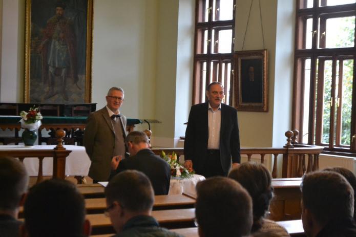 Kállay Dezső rektor köszönti Sven Grosset, a baseli Független Teológiai Főiskola képviselőjét