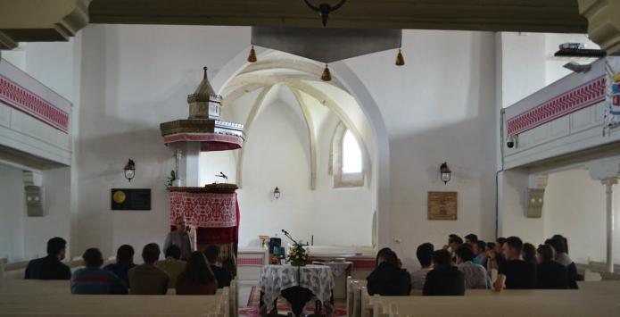 Bogdán Szabolcs esperes beszél a krasznai templomban