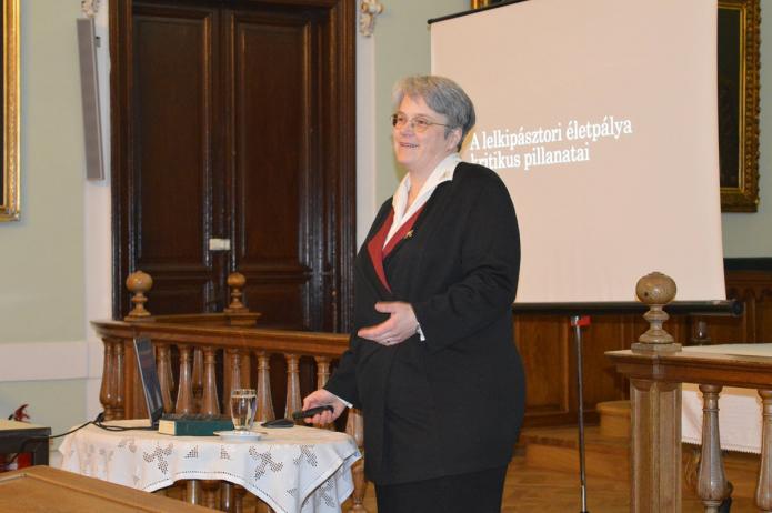 Beke Boróka karatnai lelkipásztor tart előadást