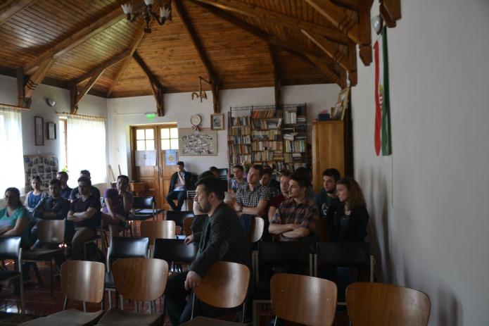 Elsőéves hallgatók a nádasdaróci imateremben