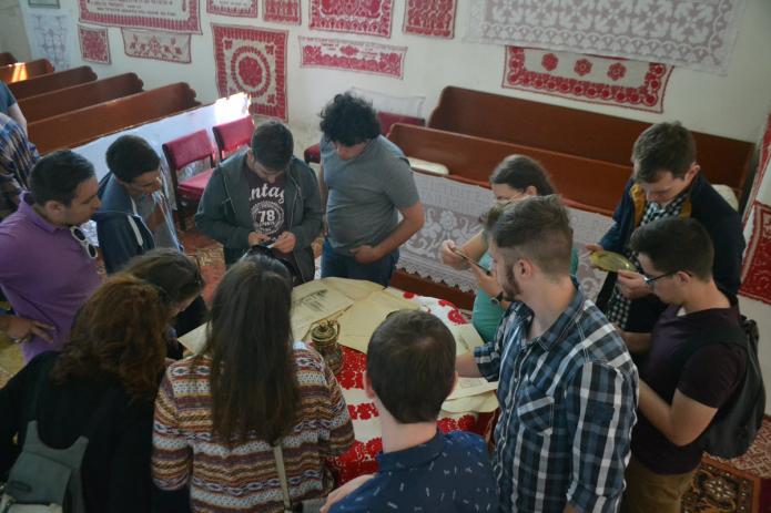 Elsőéves hallgatók az egeresi gyülekezet értékes irattárát szemlézik