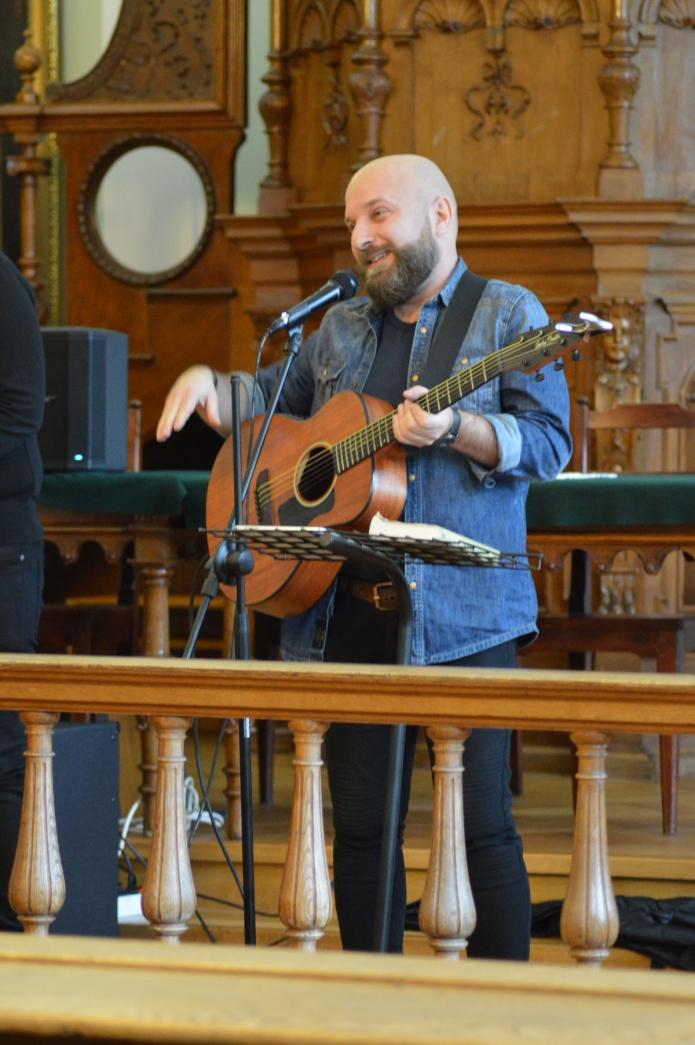 Póra Zoltán a dicsőítő éneklésről